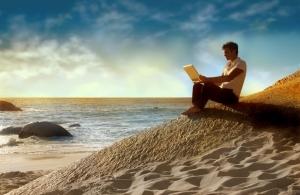 homme écrivant sur la plage